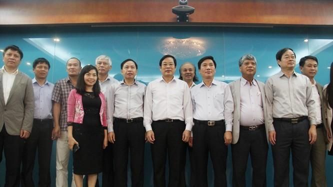 Bộ trưởng Nguyễn Bắc Son chụp ảnh lưu niệm cùng với lãnh đạo UBND tỉnh Thái Nguyên