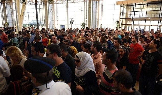 Các du khách mệt mỏi phải chờ đợi để có chuyến bay rời khỏi Sharm El Sheikh - Ảnh: AFP