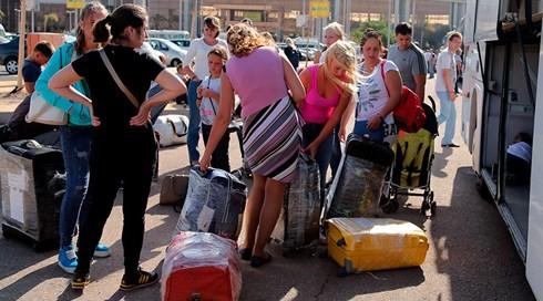 Hành lý của du khách sẽ được vận chuyển trên các chuyến bay riêng trở về Nga. Ảnh: Reuters