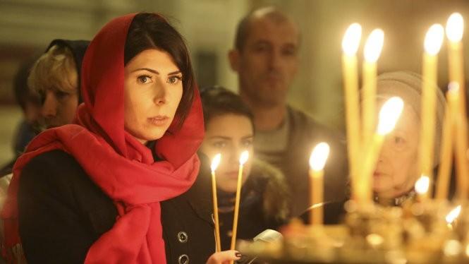 Người Nga làm lễ cầu nguyện cho các nạn nhân vụ rơi máy bay - Ảnh: Reuters