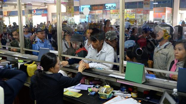Hành khách mua vé tại bến xe miền Đông - Ảnh: TTO
