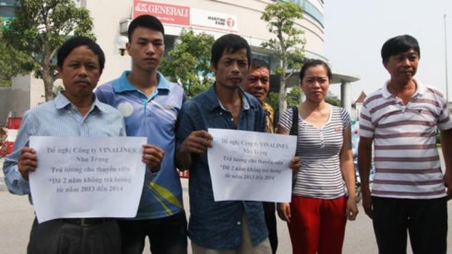 Nhiều thuyền viên và thân nhân đến trước trụ sở Công ty CP Vinalines Nha Trang trên tầng 7 tòa nhà Cát Bi Plaza để đòi tiền lương bị nợ hơn hai năm nay - Ảnh: Tiến Thắng