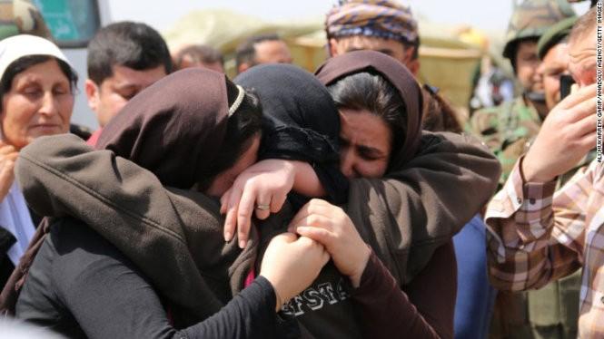 Một nhóm phụ nữ Yazidi được IS trả tự do ngày 8-8 - Ảnh: CNN