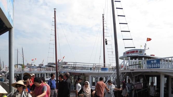 """Các chủ tàu du lịch tại cảng tàu Bãi Cháy phản ánh họ phải sử dụng thiết bị kém hiệu quả lại còn bị cảng vụ """"làm luật"""" suốt từ năm 2013 đến nay - Ảnh: Linh Linh"""