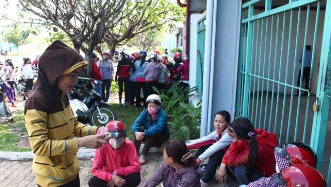 Công nhân tập trung trước cổng Công ty TNHH Yupoong Việt Nam chiều ngày 9.11