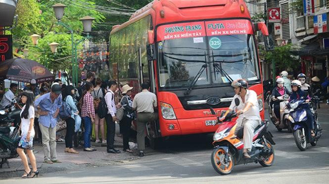 Trạm xe Phương Trang trên đường Đề Thám, Q.1, TP.HCM đón rất nhiều khách từ TP.HCM đi các điểm du lịch như Mũi Né, Đà Lạt... (ảnh chụp trưa 9-11) - Ảnh: Quang Định