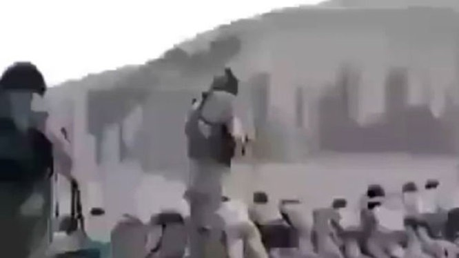 Các tay súng IS nã đạn vào hàng dài trẻ em đang nằm sấp mặt xuống đất - Ảnh: Mirror.co.uk