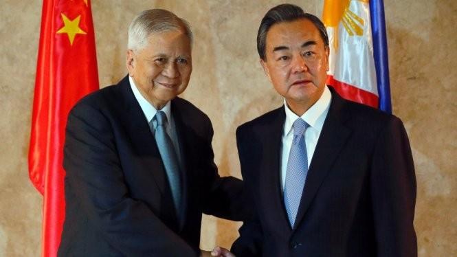 Ông Vương Nghị (phải) và người đồng cấp Philippines Albert Del Rosario - Ảnh: AP