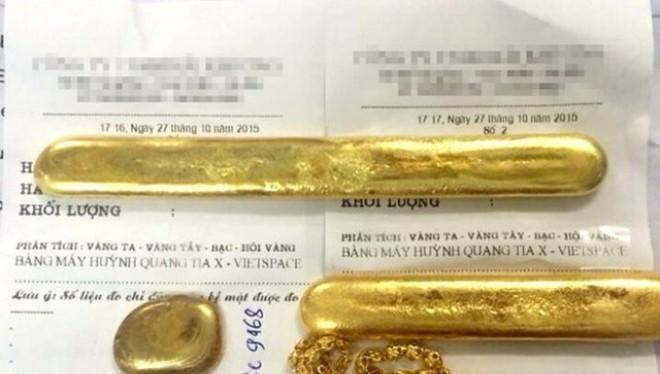 """Một số miếng vàng """"rởm"""" đã qua mặt được các chủ cửa hàng vàng bạc - Ảnh: T.K"""