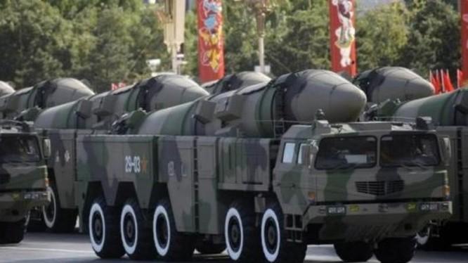 Các tên lửa liên lục địa trong một cuộc duyệt binh ở thủ đô Bắc Kinh, Trung Quốc hồi năm 2009 - Ảnh: Reuters