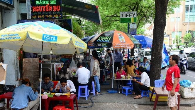 Một quán ăn trên đường Nguyễn Du, Q.1 TP.HCM chiếm hết vỉa hè - Ảnh: Quang Định