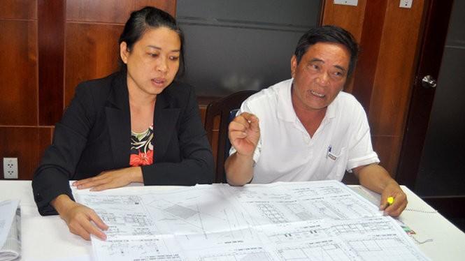 Vợ chồng bà Yến trình bày sự việc tại báo Tuổi Trẻ - Ảnh: D.N.Hà