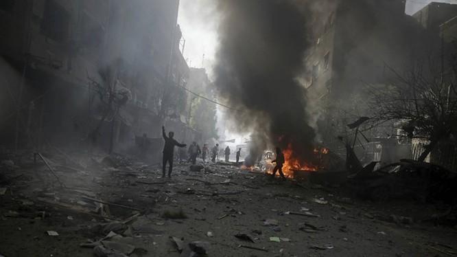 Một khu vực gần thủ đô Damascus của Syria bị trúng không kích được cho là từ lực lượng trung thành với Tổng thống Assad gây ra - Ảnh: Reuters