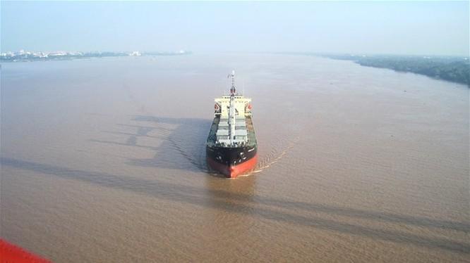 Từ đầu năm 2016, tàu 20.000 tấn có thể ra-vào cảng biển khu vực ĐBSCL. Trong ảnh là một chiếc tàu đang vận chuyển hàng hóa trên sông Hậu nhìn từ cầu Cần Thơ - Ảnh: Trung Chánh