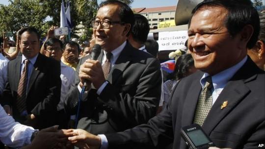 Ông Sam Rainsy (giữa). Ảnh: AP