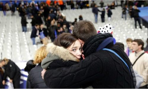 Các CĐV Pháp hát vang quốc ca để xua tan nỗi sợ hãi trên đường rời sân. Ảnh: AFP.