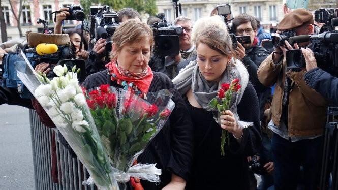 Người dân đến đặt hoa tại nhà hát Bataclan ngày 14-11 (Ảnh: Guardian)
