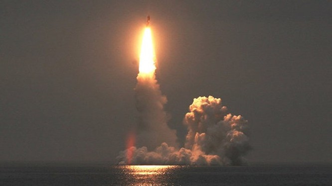 Tàu ngầm hạt nhân Nga phóng tên lửa Bulava từ dưới mặt nước - Ảnh: Bộ Quốc phòng Nga