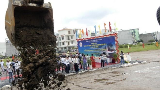 Ngày 24-8-2010, UBND TP.HCM đã làm lễ khởi công xây dựng tuyến metro số 2 Bến Thành (Q.1) - Tham Lương (Q.12), trong đó thi công trước hạng mục san lấp mặt bằng, xây tường rào, nhà bảo vệ của depot (trạm bảo hành kỹ thuật) Tham Lương - Ảnh: T.T.D.