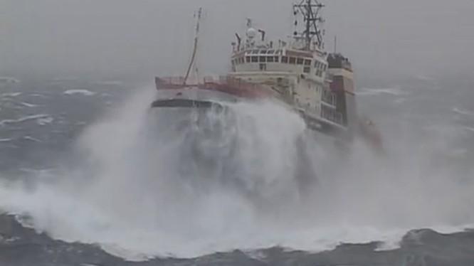 Cảnh tàu kéo Nikolay Chiker vượt sóng lớn đến lai dắt tàu sân bay Nga bị chết máy ở vịnh Biscay, Tây Ban Nha tháng 2.2012 - Ảnh cắt từ clip