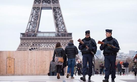 Cảnh sát tăng cường tuần tra sau khi nhận được lời đe dọa có bom ở Eiffel. Ảnh: EPA
