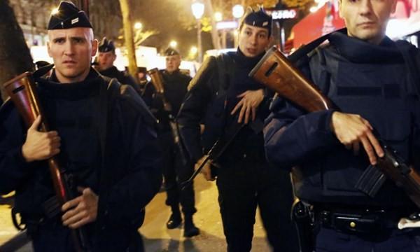 Cảnh sát vũ trang Pháp đang tuần tra bảo vệ an ninh cho Paris