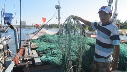 Anh Đào Ngọc Đức chỉ những tấm lưới bị phá nát.