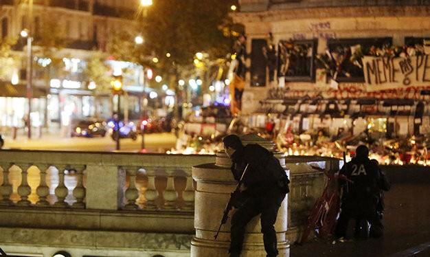 Cảnh sát bố ráp quanh hiện trường để đối phó nguy cơ khủng bố - Ảnh: AFP