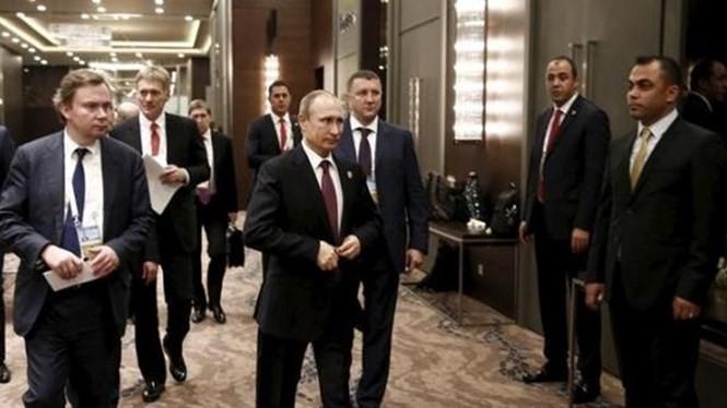 """Tổng thống Nga Vladimir Putin ca ngợi sự """"hồi sinh"""" trong quan hệ giữa Nga và Anh, đồng thời nhấn mạnh quyết tâm tập trung tiêu diệt IS - Ảnh: Reuters"""