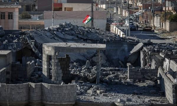 Cờ Vùng tự trị Kurdistan được kéo lên ở Sinjar