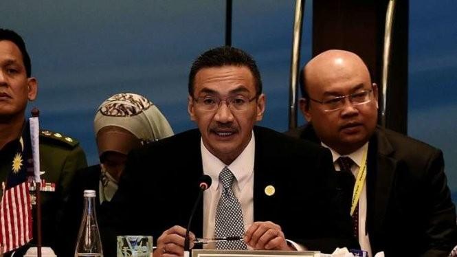 Bộ trưởng quốc phòng Malaysia Hishammuddin Tun Hussein (giữa) cho biết đã nhận được báo cáo về việc IS nhắm vào các mục tiêu tại Malaysia - Ảnh: AFP