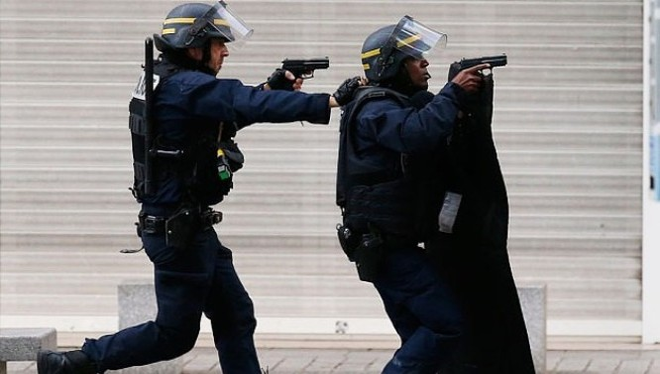 Cảnh sát bao vây tòa nhà ở Saint-Denis. Ảnh: AP