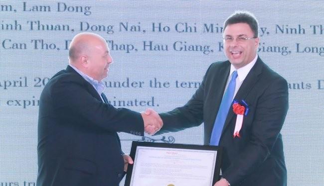 Ông Yasser Al-Azzawi (trái) trao chứng nhận quyền phân phối cho ông Bernhard Hackl, Giám đốc Phát triển kinh doanh của tập đoàn Brenntag, công ty mẹ của tập đoàn dầu khí TAT - Ảnh: Quốc Hùng
