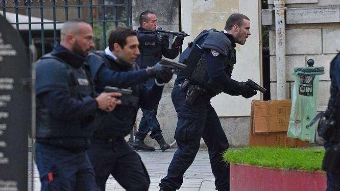 Đặc nhiệm Pháp được điều động đến tham gia cuộc bố ráp những kẻ tình nghi liên quan vụ khủng bố Paris đang bị truy nã, tại St Denis sáng 18.11