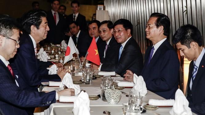 Thủ tướng Nguyễn Tấn Dũng gặp gỡ và ăn tối thân mật với Thủ tướng Nhật Bản Shinzo Abe tại Malaysia tối 20-11 - Ảnh: Q.TR.