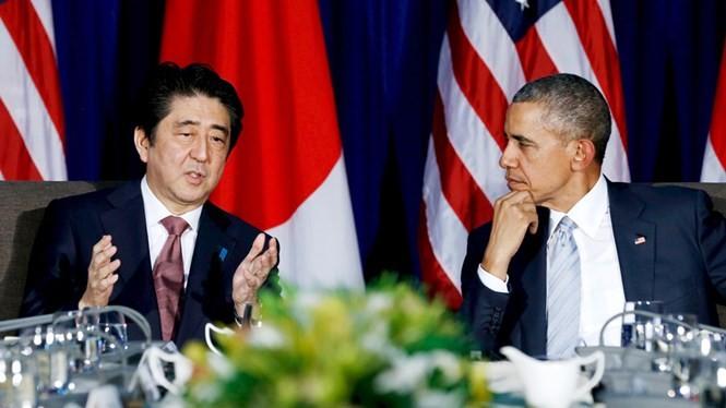 Thủ tướng Nhật Shinzo Abe (trái) và Tổng thống Mỹ Barack Obama tại Manila ngày 19.11 - Ảnh: Reuters