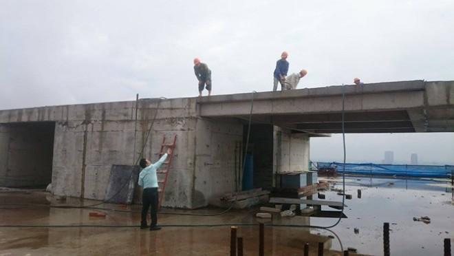 Công nhân đang tháo gỡ phần sai phạm của tòa nhà.