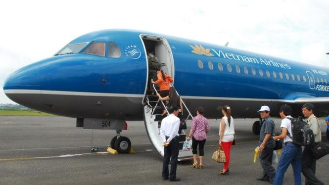 Hành khách lên máy bay Vietnam Airlines - Ảnh: Hoàng Thạch Vân