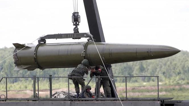 Vận chuyển tên lửa Iskander-M lên xe phóng - Ảnh: Reuters