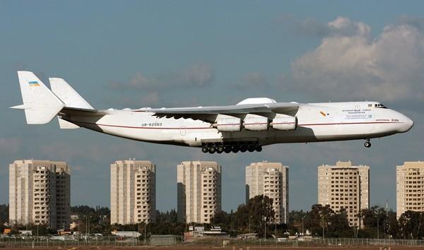 Chiếc máy bay có chiều dài bằng nửa chiếc sân vận động