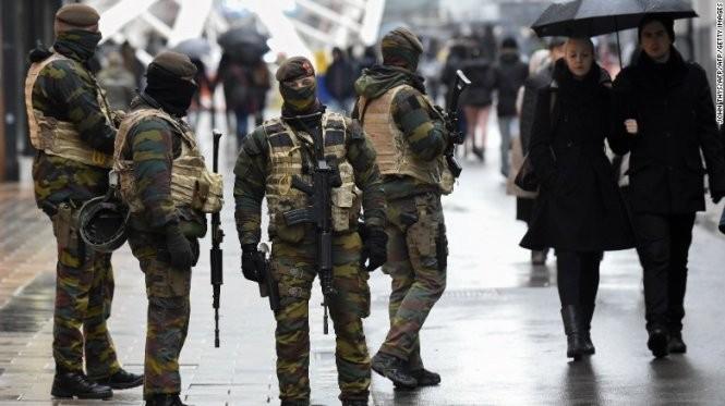 Lực lượng an ninh Bỉ được vũ trang đầy đủ tiến hành tuần tra ở các địa điểm quan trọng trong thủ đô - Ảnh: CNN