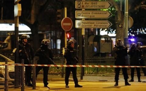 Cảnh sát Pháp chuẩn bị đột kích vào căn hộ được cho là nơi tên Abaaoud ẩn náu. Ảnh Reuters