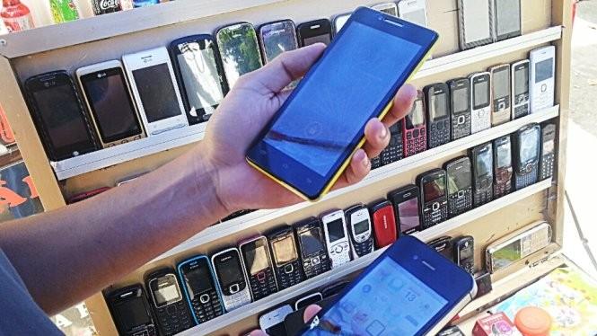 Điện thoại nhái xuất xứ Trung Quốc bày bán tại TP.HCM - Ảnh: Gia Tiến