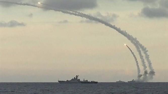 Tên lửa Klub khai hỏa từ tàu chiến Nga trên biển Caspi ngày 20.11 bắn vào quân IS ở Syria - Ảnh: Bộ Quốc phòng Nga