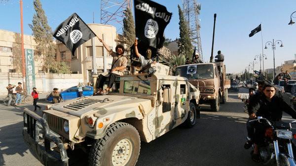 Các thành viên IS diễu binh ở Raqa - Ảnh: NYT