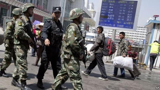 Lực lượng chức năng của Trung Quốc luôn túc trực ở Tân Cương. Ảnh: AP