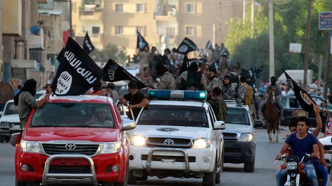 """Phiến quân IS diễu hành ở Raqa, """"thủ đô"""" IS ở Syria. Những kẻ ủng hộ IS đang có tham vọng lập một tỉnh của """"nhà nước Hồi giáo"""" tại Đông Nam Á - Ảnh: Huffington Post"""