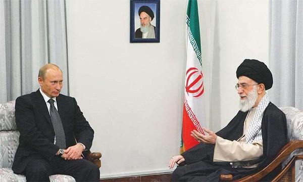 Lãnh đạo tối cao Iran Ayatollah Ali Khamenei tiếp Tổng thống Putin ở Tehran hồi tháng 10/2007. (Ảnh: Reuters)