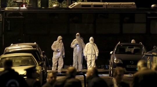 Lực lượng đặc nhiệm và giới chức điều tra tại hiện trường. Ảnh: Reuters
