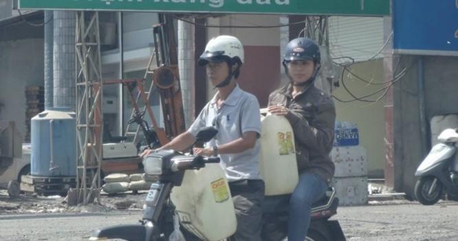"""""""Nữ tướng"""" giả làm người mua bán xăng lẻ - Ảnh: Sở KH-CN Đồng Nai cung cấp"""